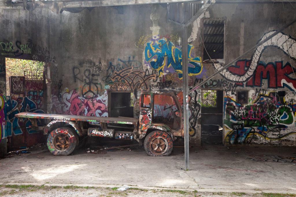 Furgone abbandonato e riempiti di murales