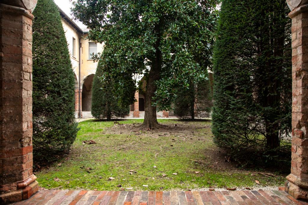 Giardino e alberi nel chiostro settentrionale del Museo Civico di Crema e del Cremasco