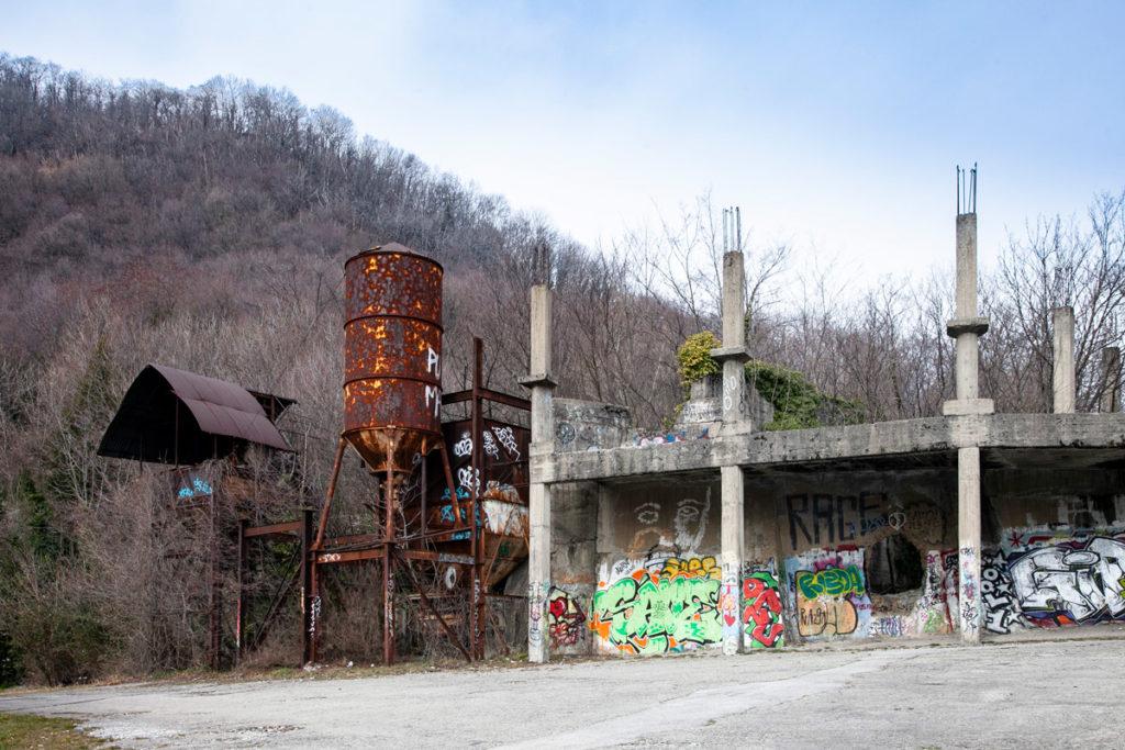 Ingresso alla città dei balocchi di Consonno - Silos e struttura in cemento