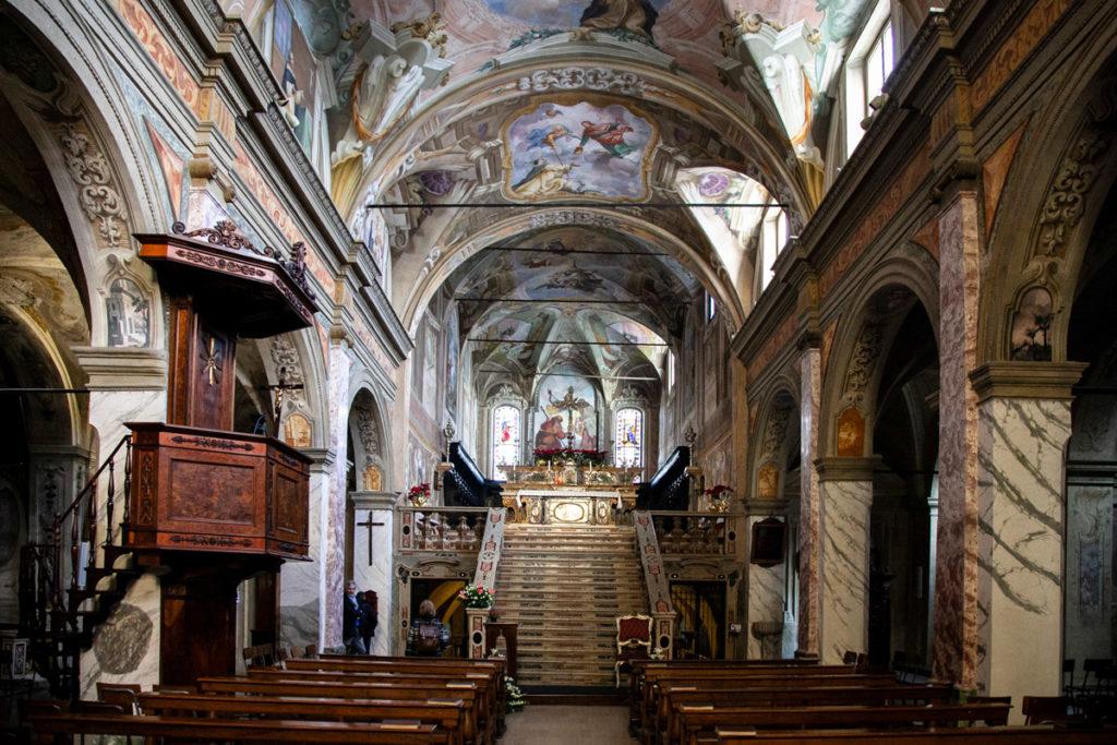 Interni della chiesa di San Giacomo e altare rialzato