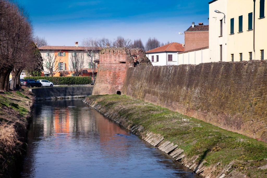 Naviglio Pallavicino di Soncino e torrione delle mura storiche
