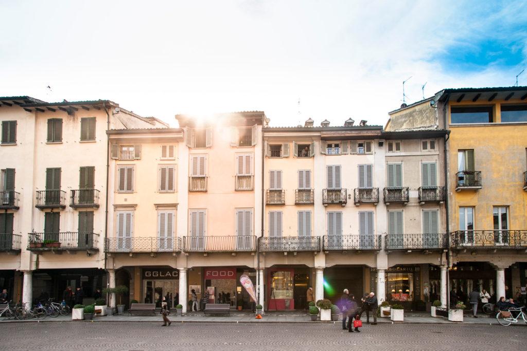 Palazzi dalle facciata pastello e portici al pian terreno in piazza del Duomo di Crema
