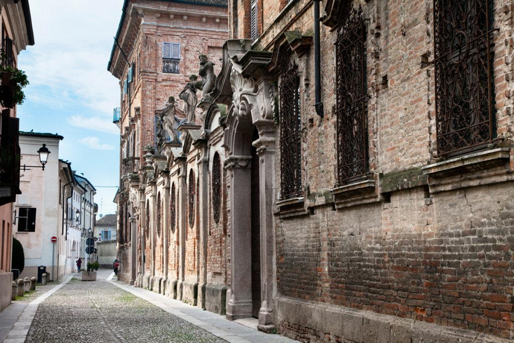 Palazzo Terni Bondenti - Statue sulla facciata