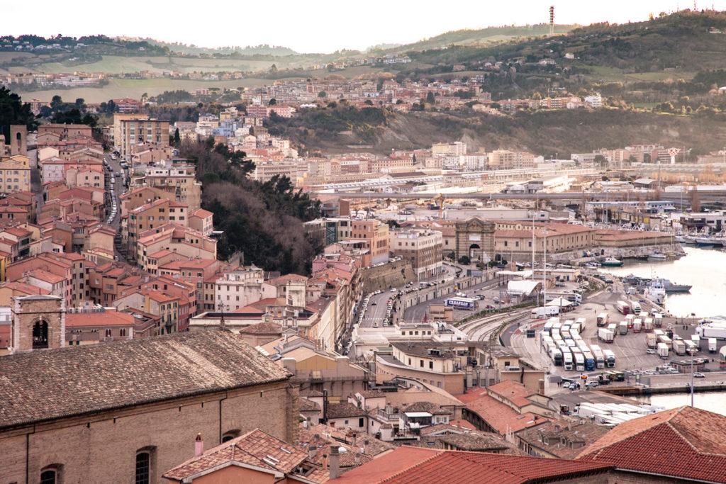Panorama sul centro storico e il porto di Ancona