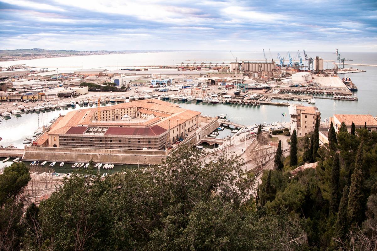 Panorama sulla Mole Vanvitelliana e il porto di Ancona dal Largo Casanova