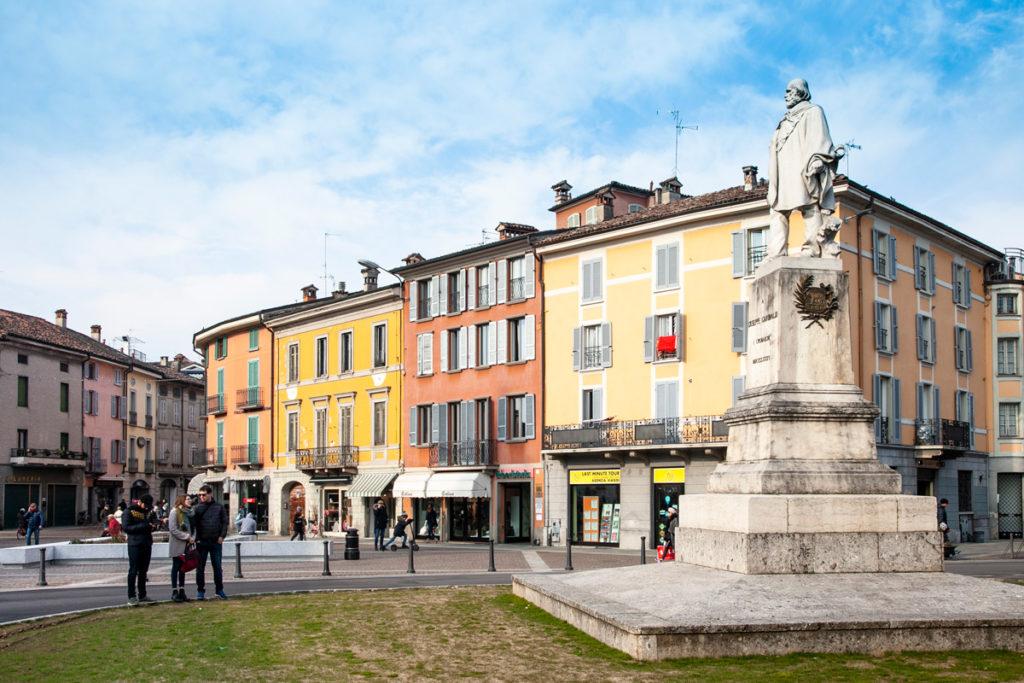 Piazza Garibaldi di Crema con statua di Giuseppe Garibaldi