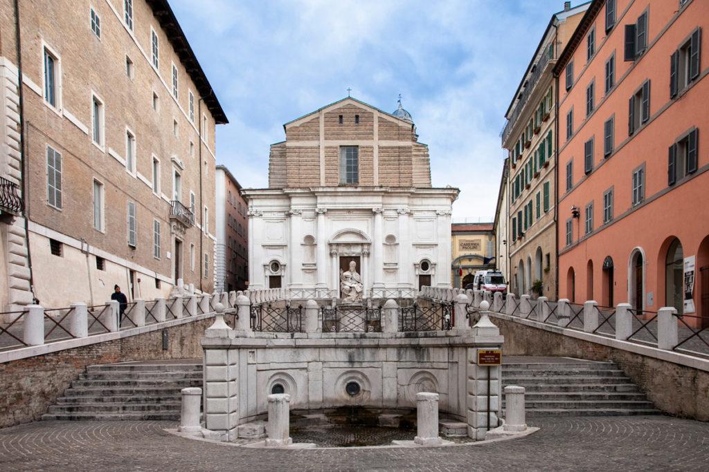 Piazza del Plebiscito con fontana Emiciclica e statua di papa Clemente XII