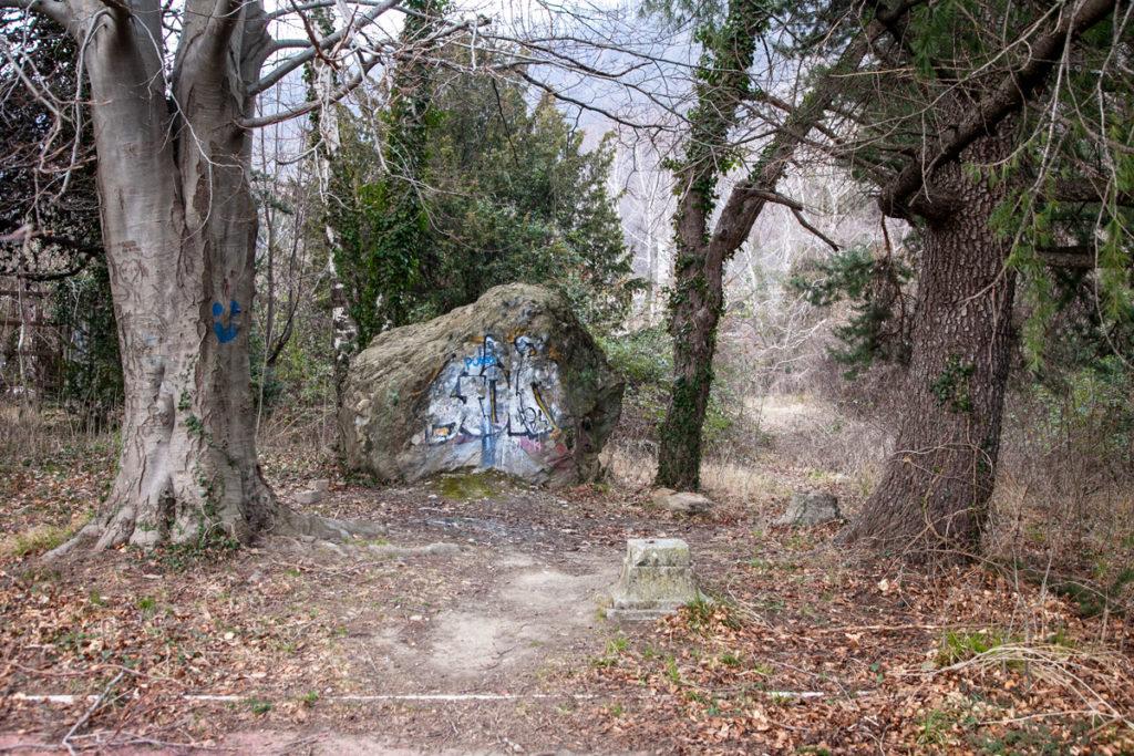 Pietra con graffiti dentro al borgo abbandonato di Olginate