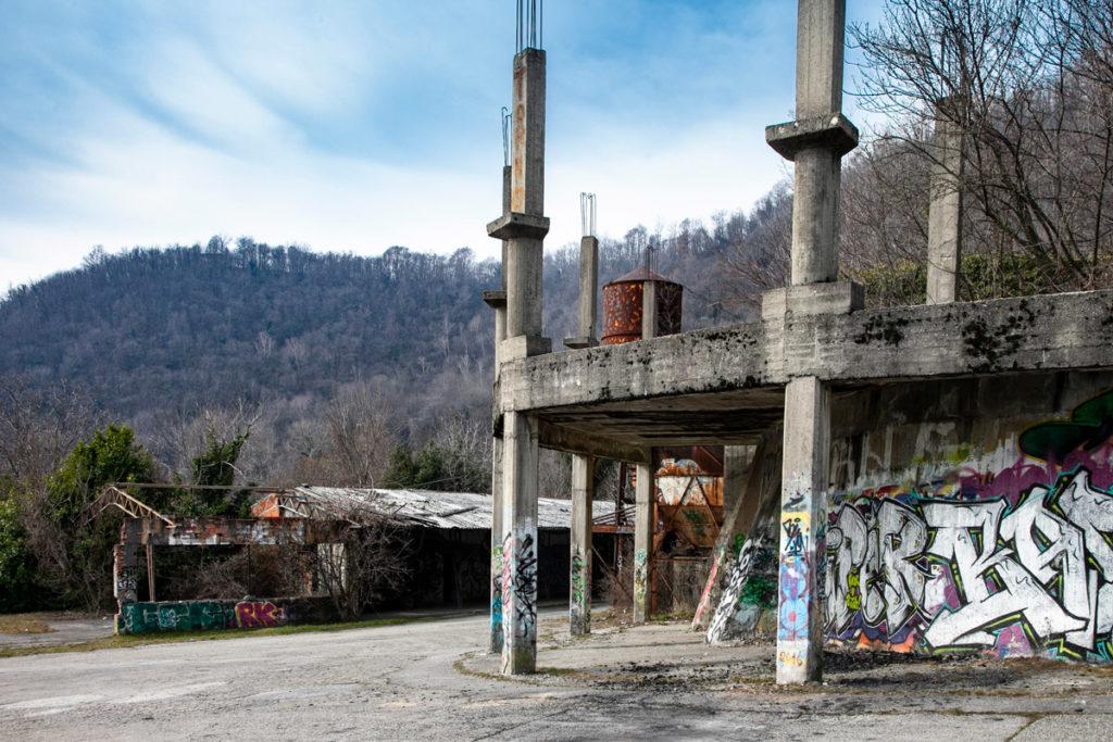 Pilastri e deposito del borgo di Consonno