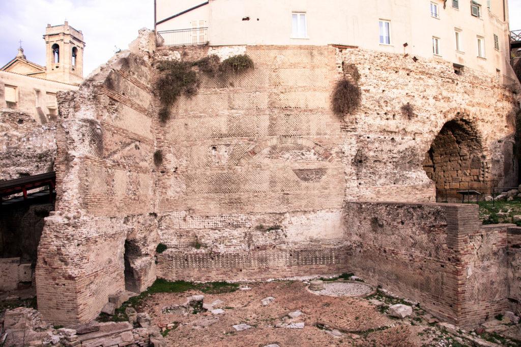 Resti Anfiteatro Romano in piazza del Senato - Porta pompae