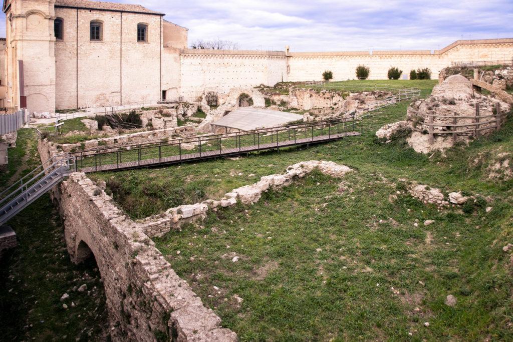 Resti archeologici dell anfiteatro Romano di Ancona