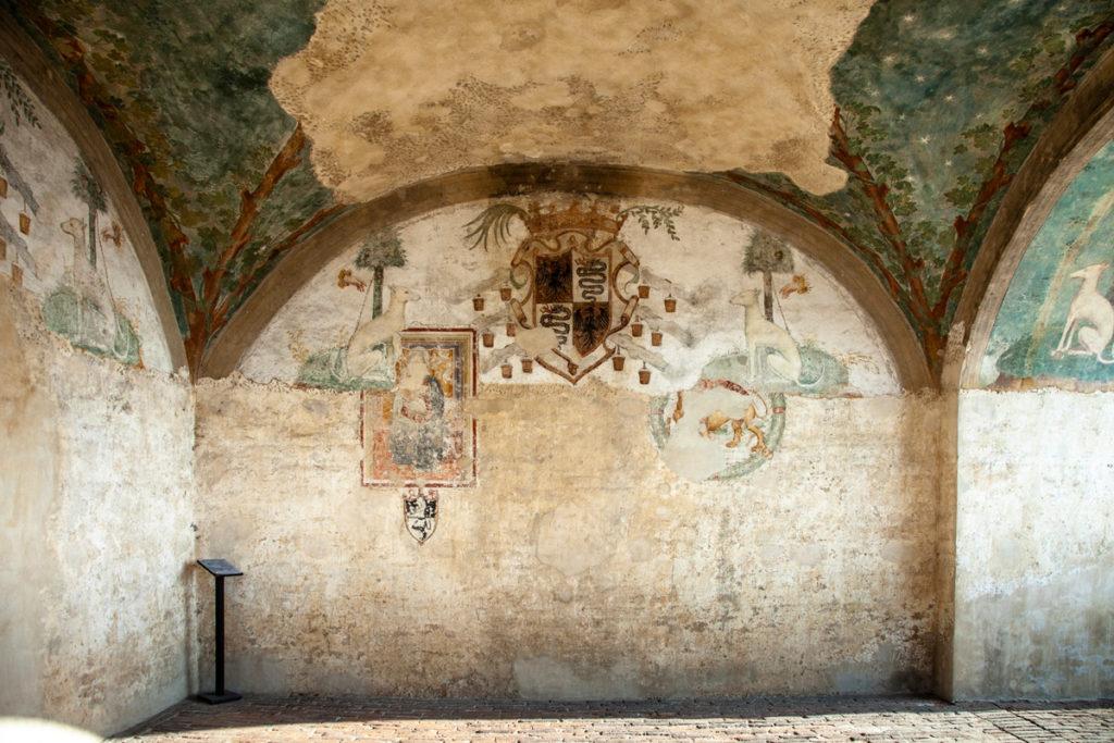 Resti degli affreschi nella cappella della torre della rocca sforzesca