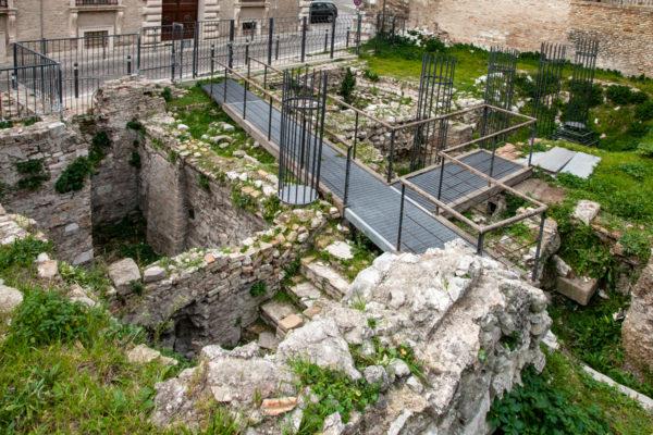 Resti del Foro Romano di Ancona e strutture per le colonne
