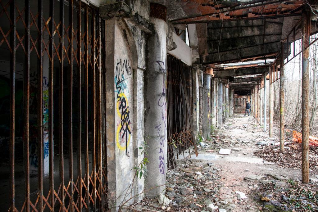 Saracinesche dei negozi abbandonati