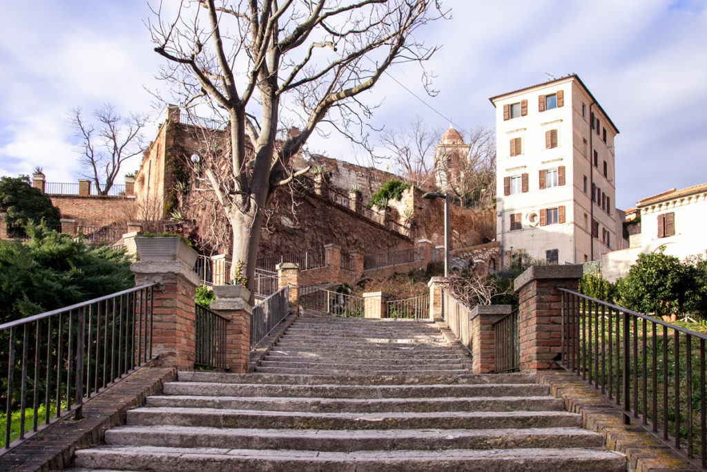 Scalinata verso il Duomo di Ancona da piazza del Senato