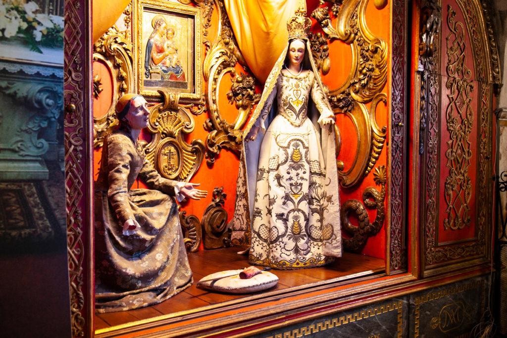 Statua di Santa Caterina e della Madonna con effige della Madonna miracolosa - Santuario di Santa Maria della Croce