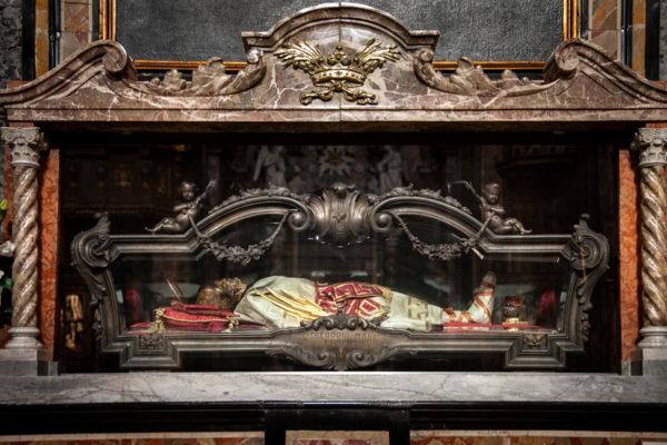Urna con i resti di San Teodoro dentro alla chiesa della Santissima Trinità