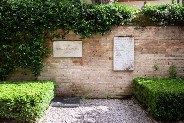 Tomba di Peggy Guggenheim e dei suoi cani