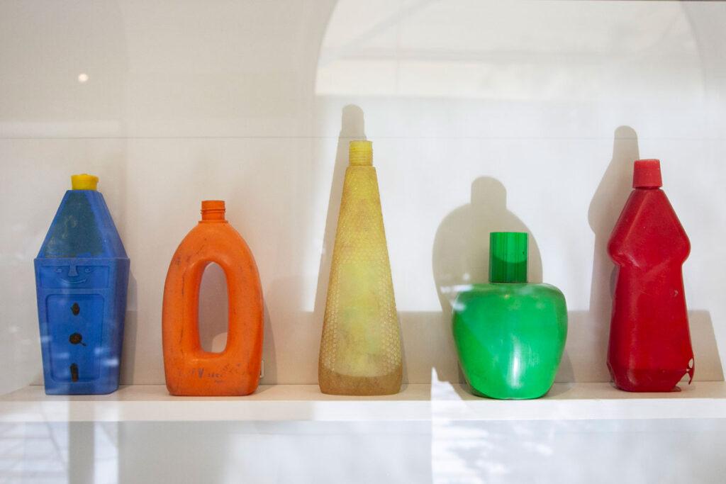 Tony Cragg – Bottiglie su una Mensola - 1981