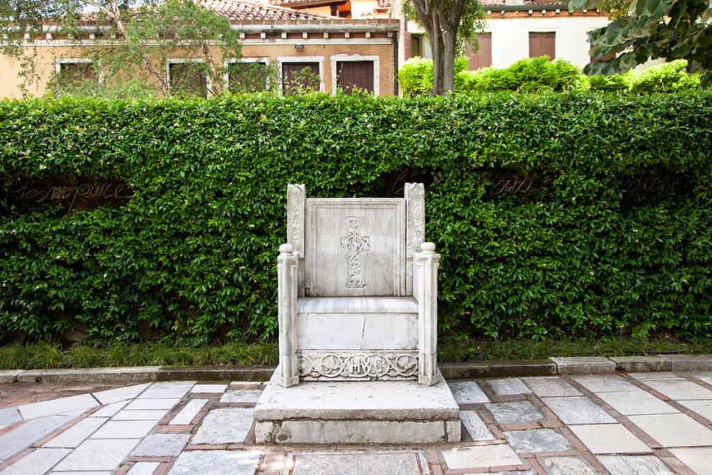 Trono pseudo bizantino nel cortile della collezione Peggy Guggenheim