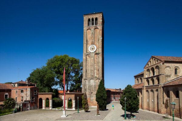 Campanile della Basilica dei Santi Maria e Donato e monumento ai caduti
