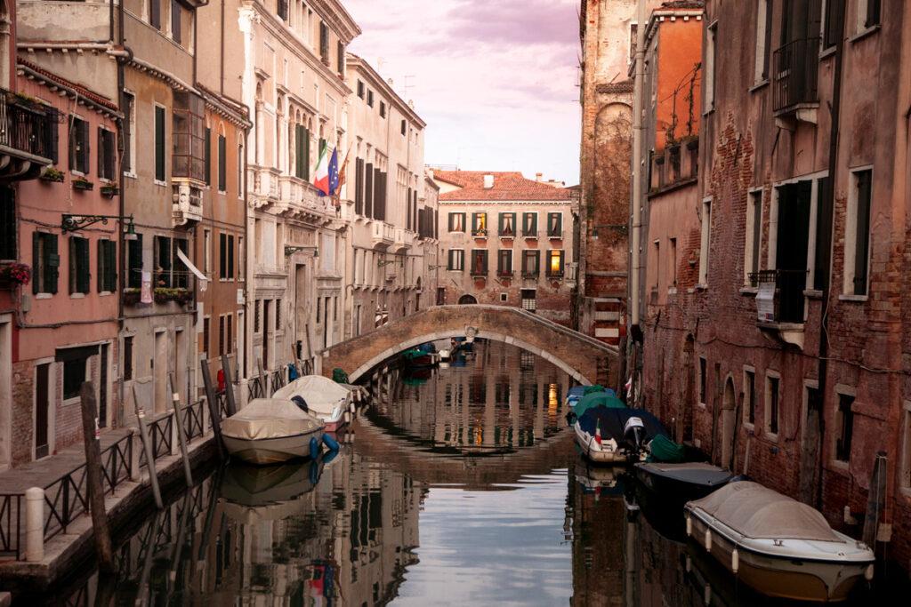 Canali del sestiere Cannaregio di Venezia al tramonto