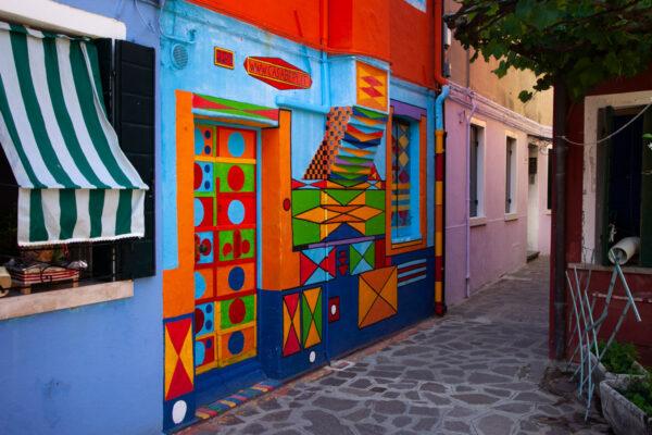 Casa di Bepi - Facciata variopinta con motivi geometrici a Burano