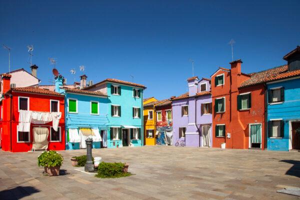 Case colorate sui campi di Burano