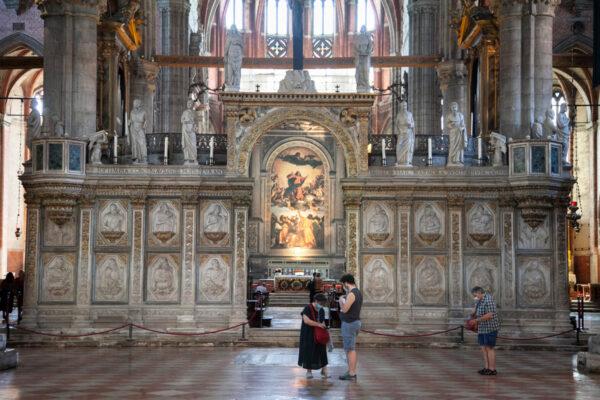 Coro e altare della basilica dei Frari di Venezia