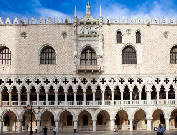 Dettaglio arcate e decori del palazzo Ducale di Venezia