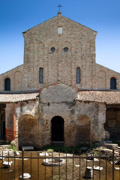 Facciata della Basilica di Santa Maria Assunta con Nartece e resti del battistero