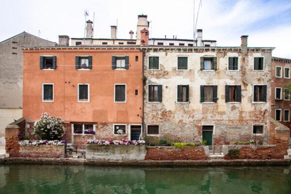 Facciate delle case del sestiere Castello affaciate sul canale