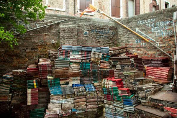 Libreria Acqua Alta - Scalinata di libri a Venezia