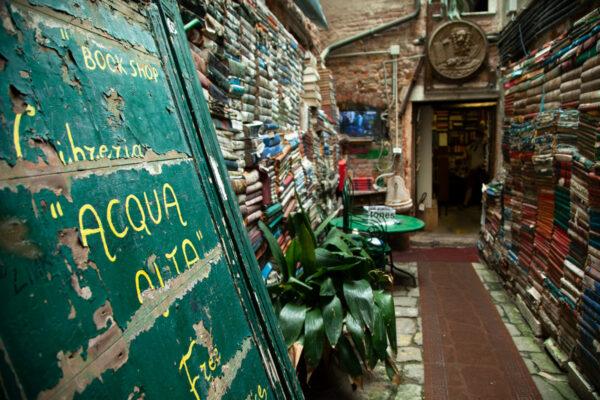 Libreria Acqua Alta di Venezia - Porta e cortiletto interno