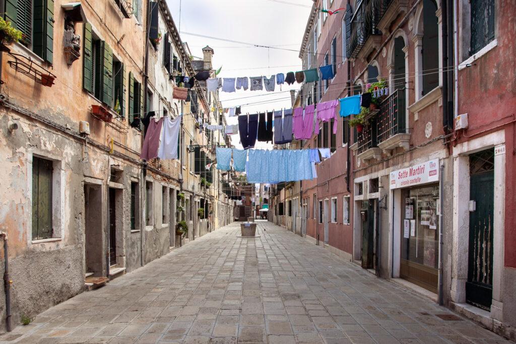 Panni stesi ad asciugare nelle calli veneziane