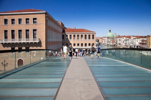 Passeggiata sul ponte della Costituzione di Venezia