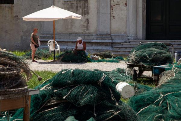 Pescatori che tessono le reti alla Giudecca