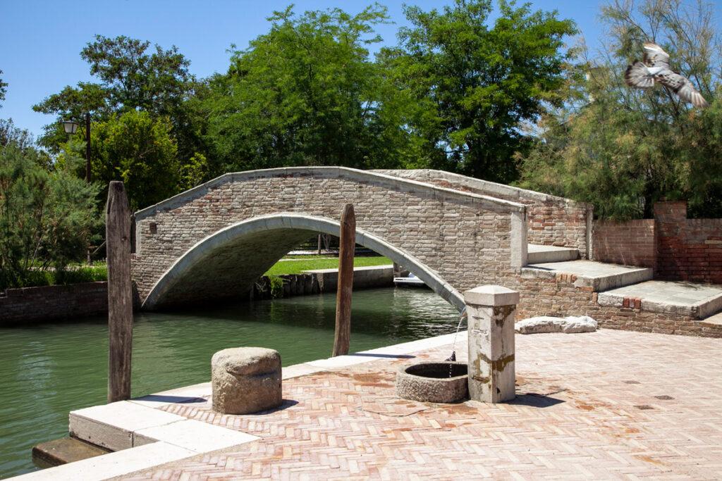 Piazza del centro di Torcello - Fondamenta dei Borgognoni - Ponte sul canale Maggiore