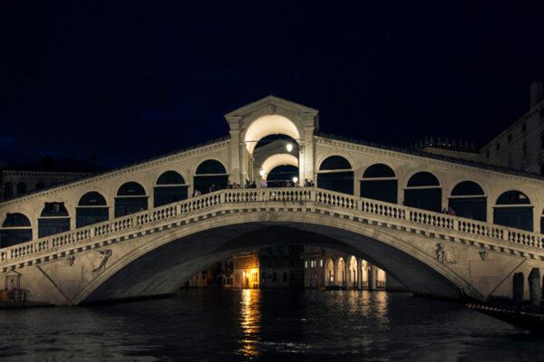 Ponte di Rialto di notte dal vaporetto