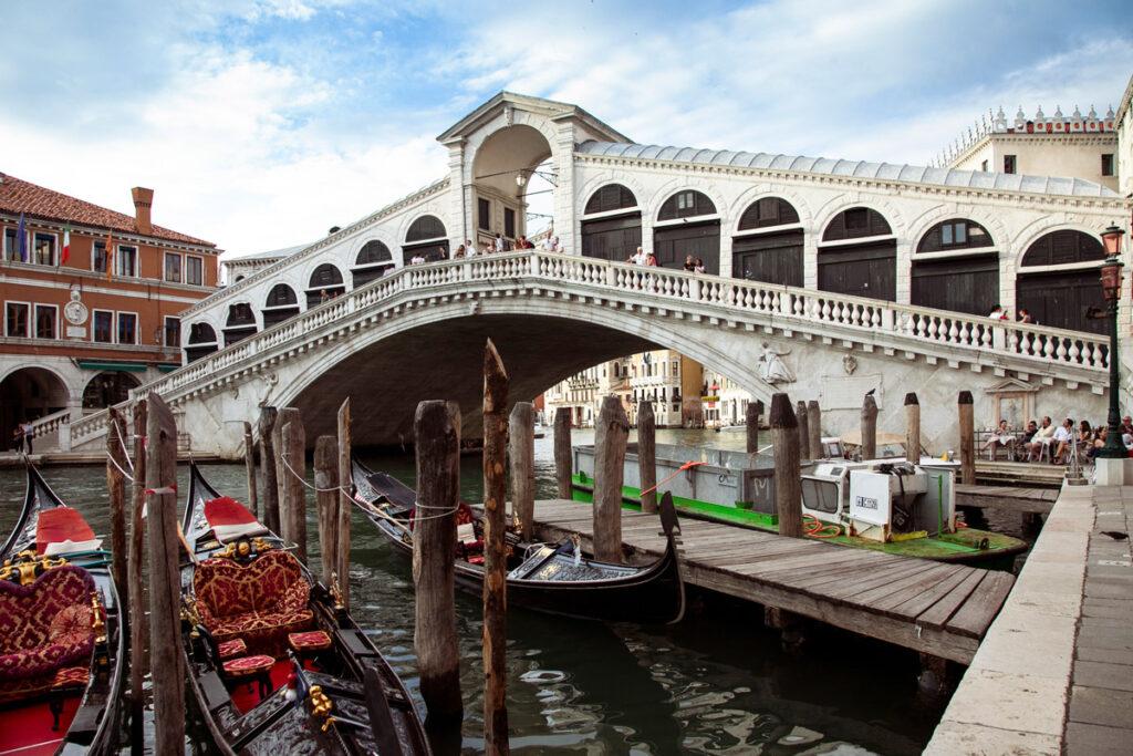 Ponte di Rialto e banchine del Canal Grande di Venezia