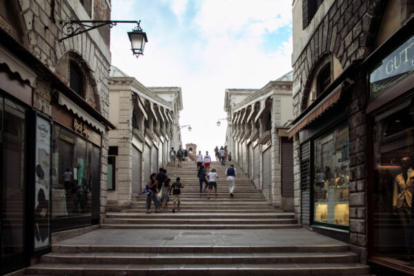 Ponte di Rialto e negozi