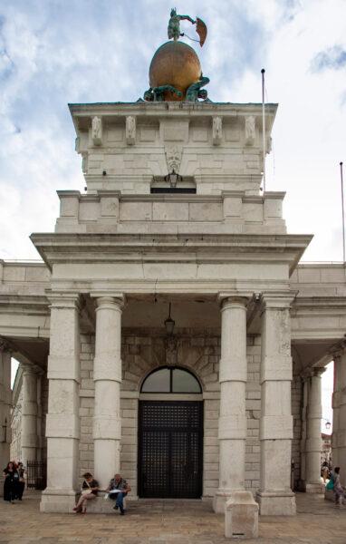 Statua della Palla d'Oro sulla Dogana da Mar - Sestiere Dorsoduro