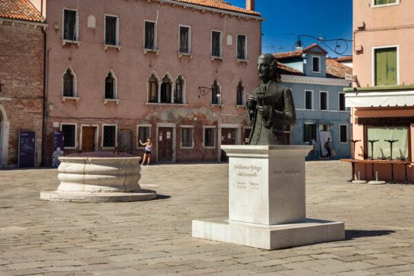 Statua di Baldassare Galuppi scolpita da Remigio Barbaro