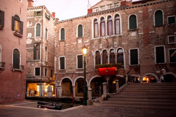 Tramonto a Venezia tra calli e canali