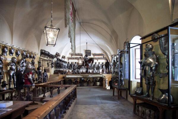 Armeria - Sala di Castel Coira con collezione privata di armature ed armi antiche
