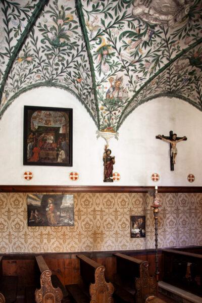 Arredi in legno e volte affrescate nella cappella di San Giacomo
