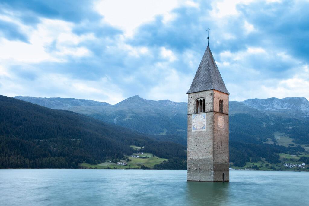 Campanile che emerge dalle acque del lago - Val Venosta