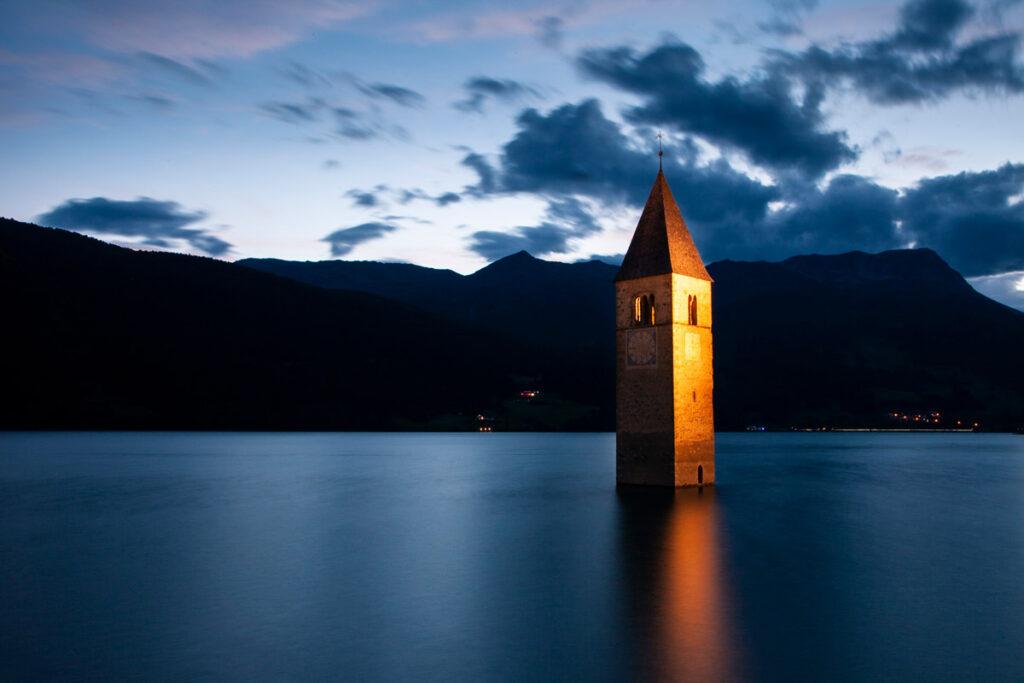 Campanile che emerge dalle acque del lago a Curon Venosta - lago di Resia