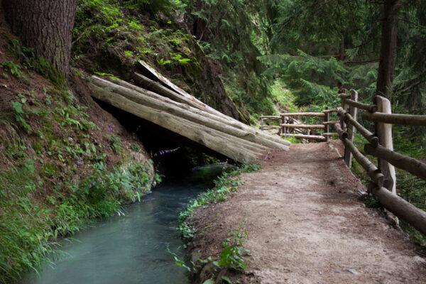 Canale di acqua che accompagna il sentiero di Berkwaal - Val Venosta