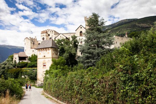 Castel Coira e torre colombaria in primo piano
